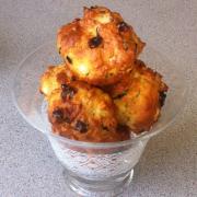 Peynirli, kuru meyvalı muffin